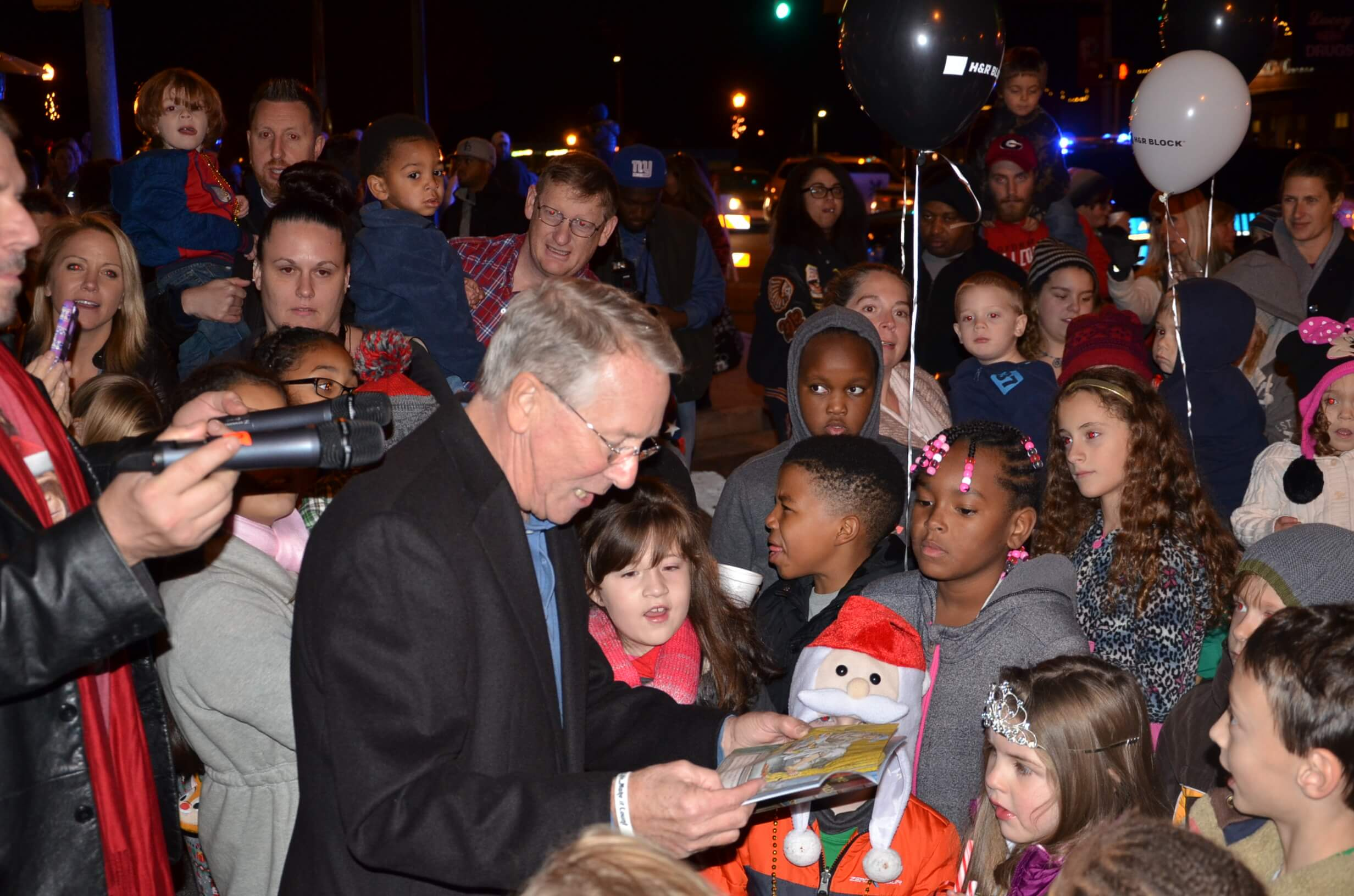 """Mayor Tommy Allegood reads """"Twas the Night Before Christmas."""" Photo by Wayne Tumbleson"""